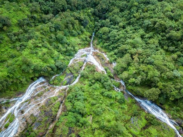 Hartvormige waterval in de diepe bos tak province, thailand.