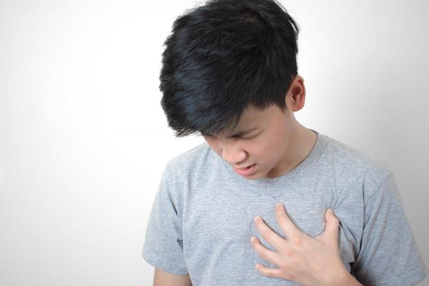 Hartziekte. aziatische mensen namen zijn linkerborst op, een hartaanval.