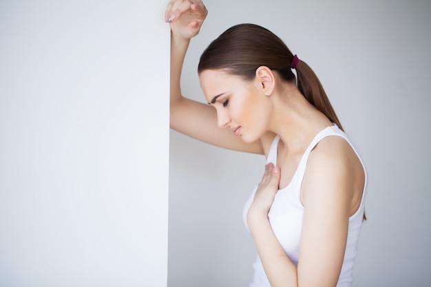 Hartziekte. pijn op de borst slaginfarct. sterke pijnlijke sensaties.