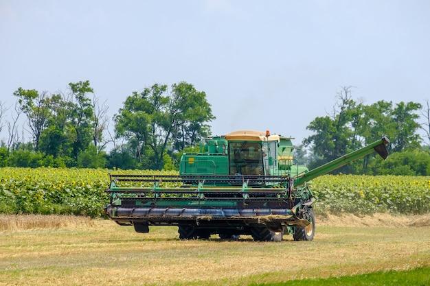 Harvester maait tarwe