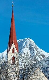 Haselgehr dorp en katholieke parochiekerk st. martin. winters aanblik (oostenrijk, tirol). 1689 werd een kapel genoemd in martin unterhof. 1704 vond een nieuw gebouw plaats.