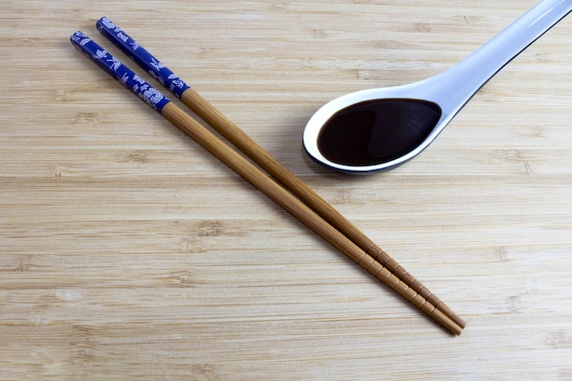 Hashi op een bamboetafel en sojasaus ernaast