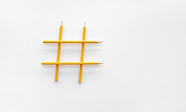 Hashtag-teken gemaakt van potloden, plat gelegd