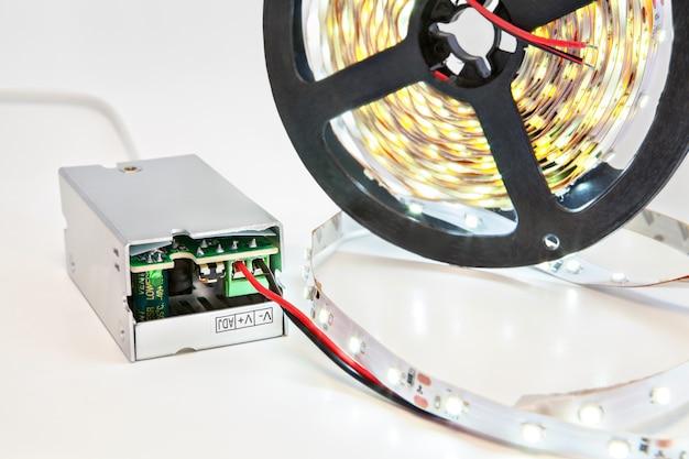 Haspel met led-strips met meegeleverde lamp en voedingsadapter.