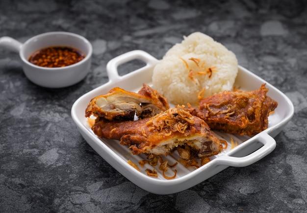 Hat-yai gebakken kip is een lokaal zuid-thais gerecht uit het land genaamd 'hat-yai'. hun handtekening is een topping op gebakken kip met gebakken sjalotjes.