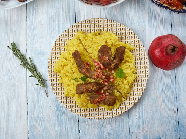 Havaskar qovurmasi, lam met saffraan, azerbeidzjaanse keuken, traditionele geassorteerde gerechten, bovenaanzicht. bergjoden schotel.