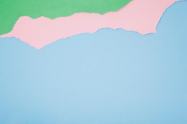 Haveloze papieren op blauw