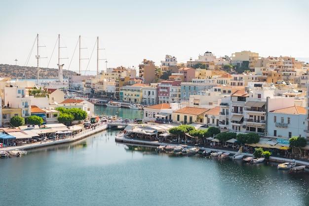 Haven en stad met vissersboten en restaurants