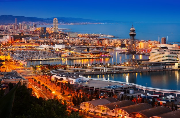 Haven in barcelona tijdens avond. spanje