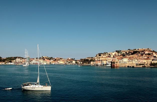 Haven met boten overdag in toscane, italië