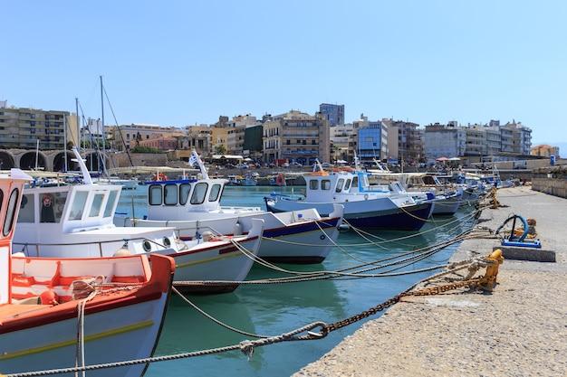 Haven van heraklion en venetiaanse haven op het eiland kreta, griekenland.