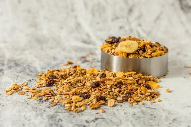 Haver, amandelen, pompoenpitten, lijnzaad, honing en dadels