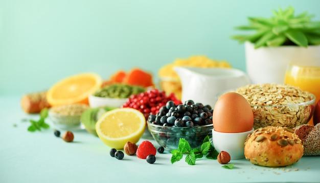 Haver en cornflakes, eieren, noten, fruit, bessen, toast, melk, yoghurt, sinaasappel, banaan, perzik
