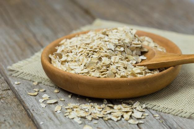 Haver, havervlokken of havermout in een kom. close-up beeld. gezond schoon eten, gezond levensstijlconcept