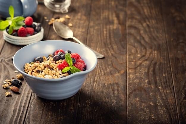 Havergranola met bessen en yoghurt