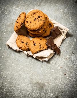 Haverkoekjes met chocoladestukjes. op de stenen tafel. Premium Foto