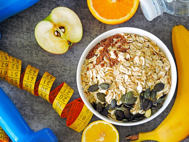 Havermout en zaden, water, fruit, halters en meetlint.