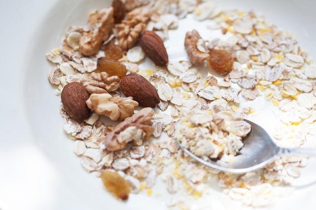 Havermout in kom met noten, nuttig voedsel