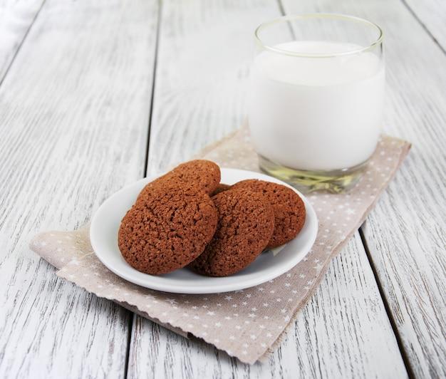 Havermout koekjes en een glas melk
