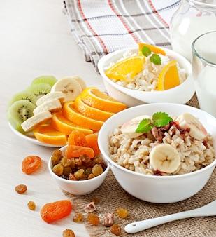 Havermout, kwark, melk en fruit