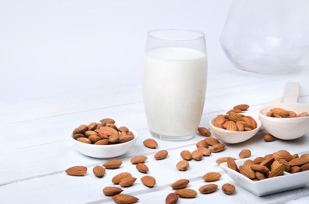 Havermout melk met haver zaden op houten tafel