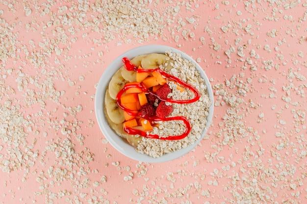 Havermout met abrikoos, banaan, bessen, gelei, havervlokken in een kom