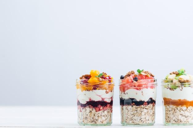 Havermout met fruit en granen in een glazen pot
