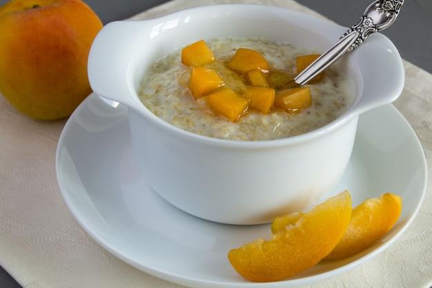 Havermout met melk, abrikoos en honing in de witte plaat