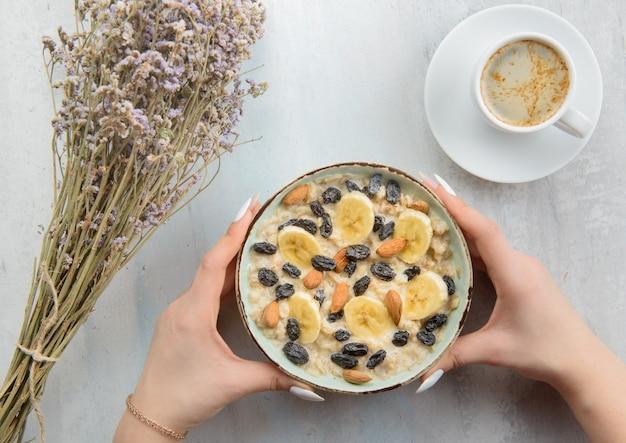 Havermout met noten en banaan en koffie