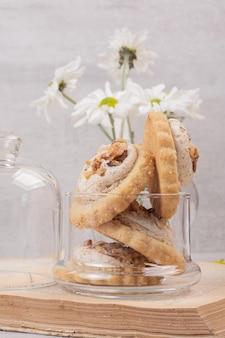 Havermout rozijn koekjes in glazen pot.