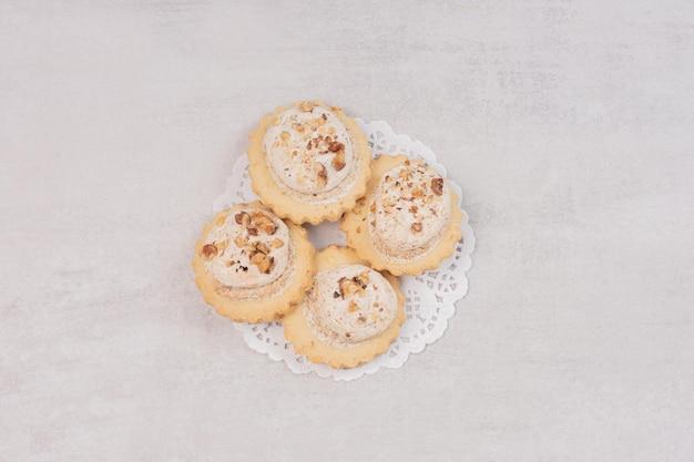 Havermout rozijnen cookies op witte tafel.