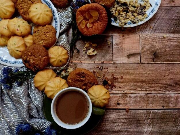 Havermout-rozijnenkoekjes fruitkoekjes met een kop warme koffie op houten ondergrond