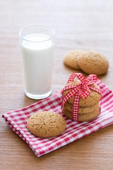 Havermoutkoekjes en een glas melk