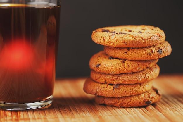Havermoutkoekjes met chocoladestukjes en een mok aromatische zwarte thee