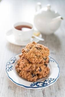 Havermoutkoekjes op een bord en een kopje thee
