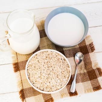 Havermoutkom en kruik melk