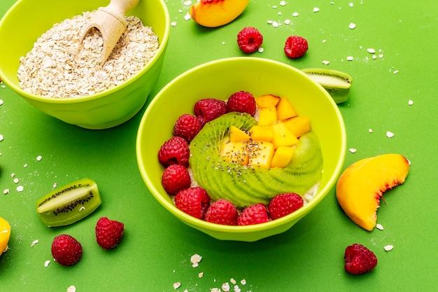Havermoutkom met verse bessen en fruit