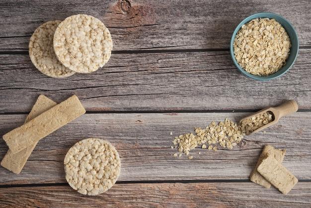 Havermoutkorrels in een plastic kom met crackers op tafel