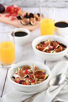 Havermoutmuesli met griekse yoghurt en verse vijgen