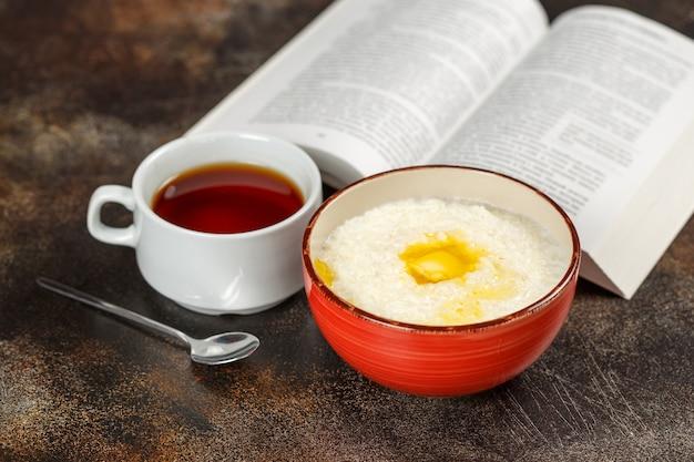 Havermoutpap in kom, thee en boek