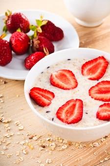 Havermoutpap met aardbeien op tafel