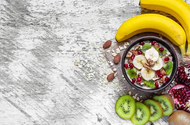 Havermoutpap met fruit en noten. gezond ontbijt