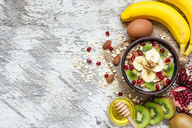 Havermoutpap met fruit, noten en honing. gezond ontbijt