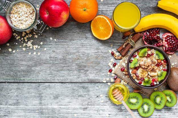 Havermoutpap met fruit, noten en kruiden met sinaasappelsap