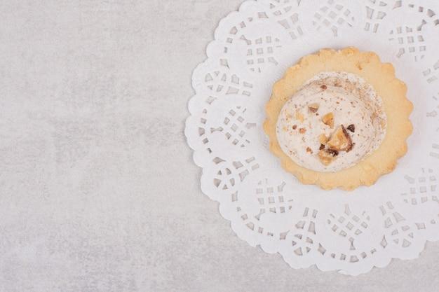 Havermoutrozijnenkoekje op wit.