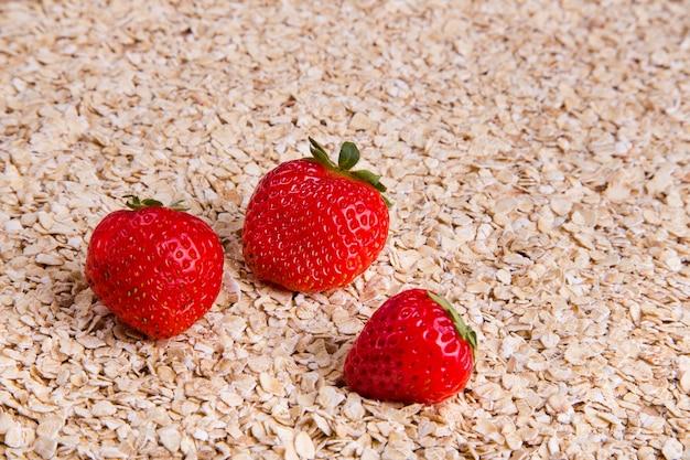 Havermouttextuur met aardbeien, gezond ontbijt