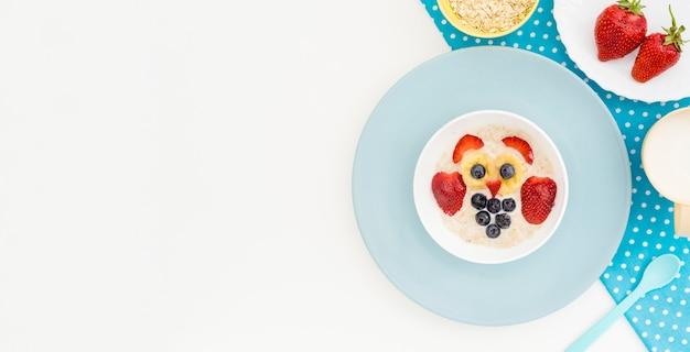 Havervlokken met melk in schattige vorm met kopie-ruimte