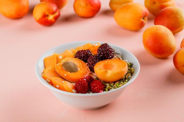 Havervlokken met pistache, abrikoos, bessen in een kom