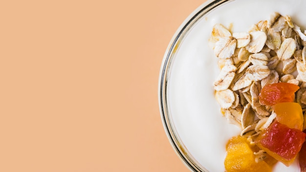 Havervlokken met plakjes fruit op de romige yoghurt