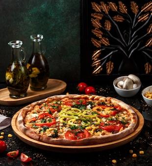 Hawaii pizza met maïs op tafel